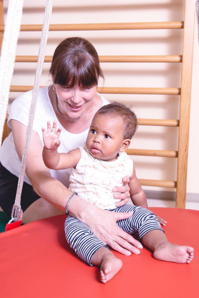 Physiotherapie Eckental Behandlung Kind Gleichgewicht Schaukelbrett